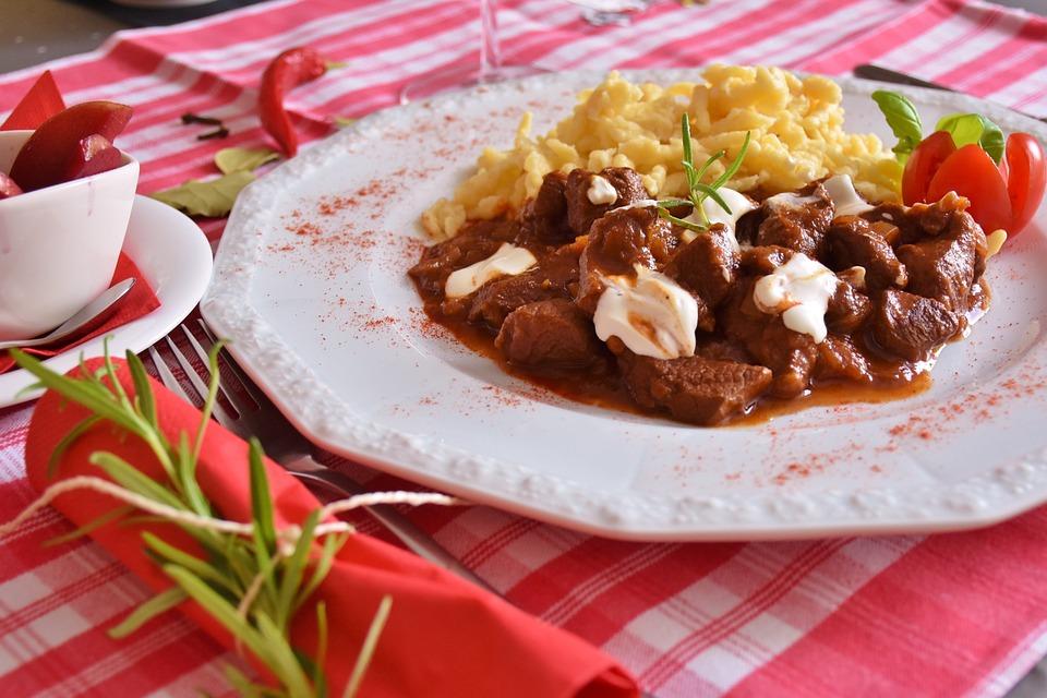 Gulasz z gałuszkami to jedna z potraw której warto spróbować w Budapeszcie